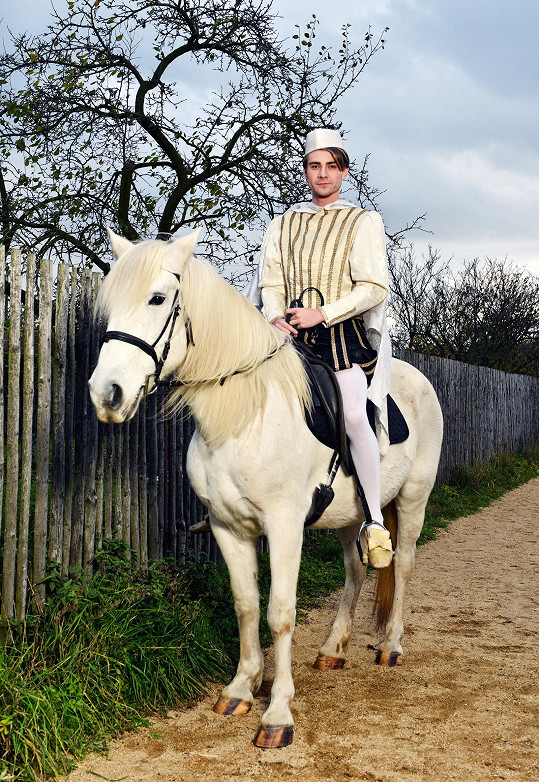 Marek Lambora jako princ z pohádky. Představitelé nového seriálu Slunečná si užili focení na motivy Tří oříšků pro Popelku.