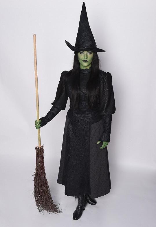V rekvizitách nechybí vedle špičatého klobouku ani typické čarodějnické koště.