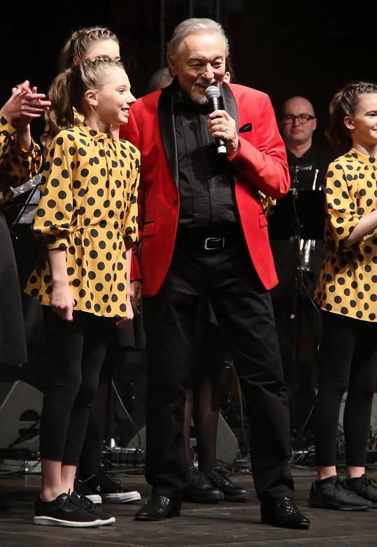 Karel Gott na koncertě v Příbrami. Vlevo jeho dcera Nelly Sofie