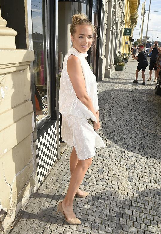 Lucie Vondráčková vyrazila na křest svého videoklipu v šatech Dominiky Domnosilové.