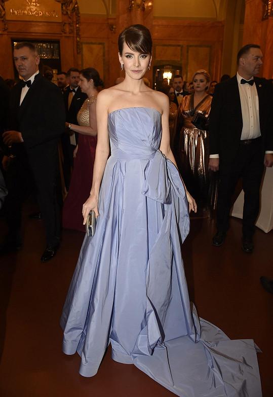 Její model oblékla i moderátorka Gabriela Lašková. Šperky měla od Dušáků.