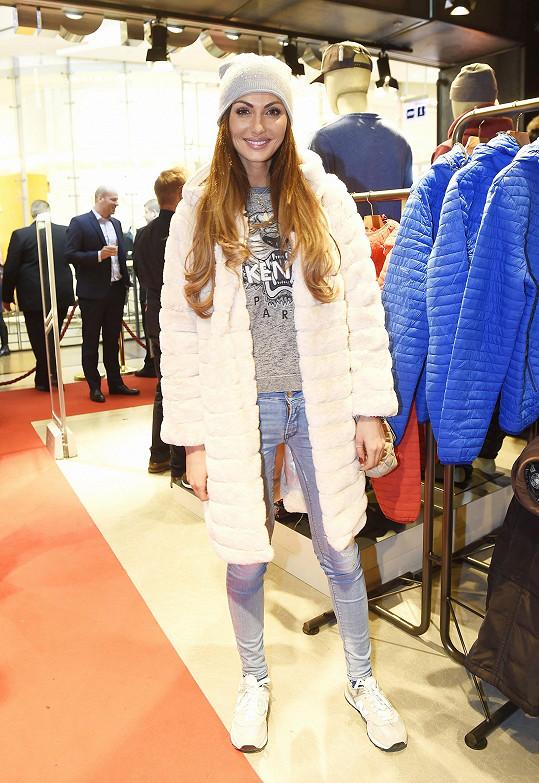Eliška na otevření obchodu se sportovní módou dorazila v umělé kožešině.