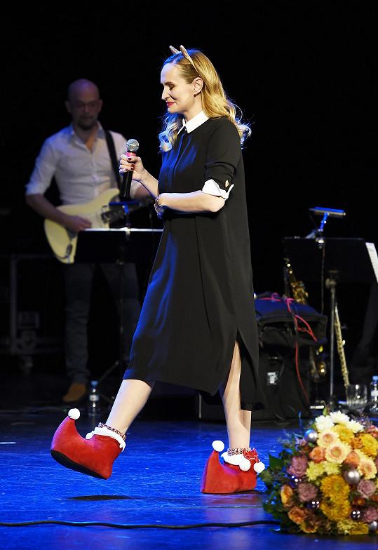 Monika tentokrát zvolila stylové obutí.