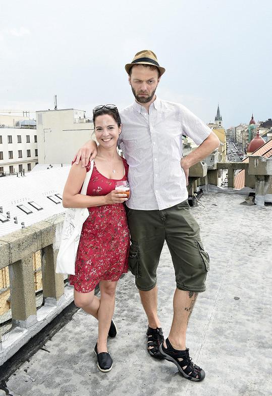 Na střeše Lucerny Lukáš pózoval s kolegyní Kristýnou Janáčkovou.
