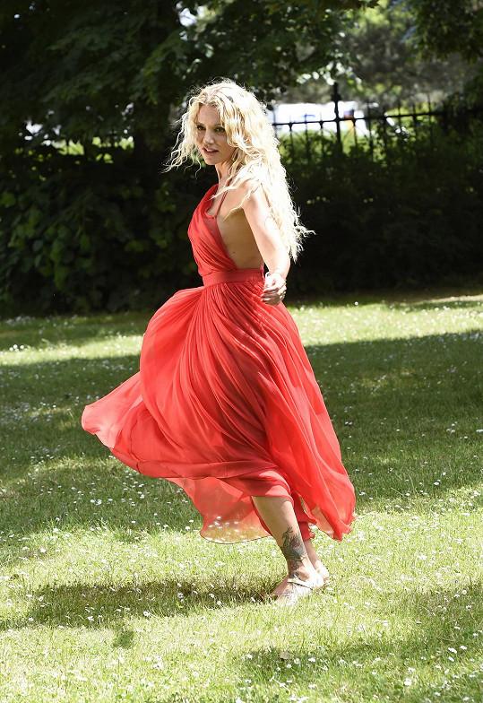 Na natáčení klipu k písni Chcem znamenie zvolila zpěvačka červenou róbu, která díky svému střihovému řešení nedovolovala obléknout spodní prádlo.