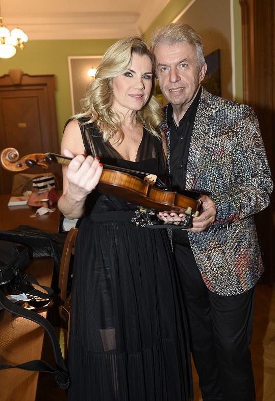Tam ji doprovázel na housle Jaroslav Svěcený.