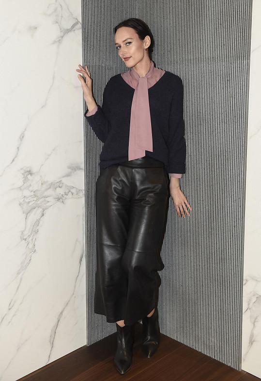 Pracuje i jako modelka - ovšem rukou.