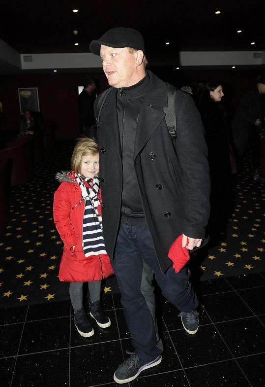 David Novotný s dcerou Anežkou, která si nenechala ujít tátovu premiéru v pohádce Řachanda.