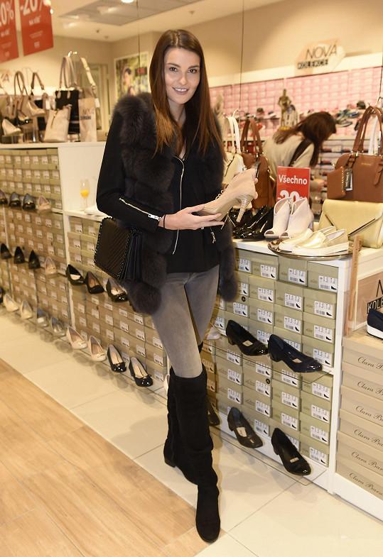 S Nikol jsme se potkali na otevření prodejny obuvi v obchodním centru. Zde si lepšila náladu po rozchodu výběrem nových bot.