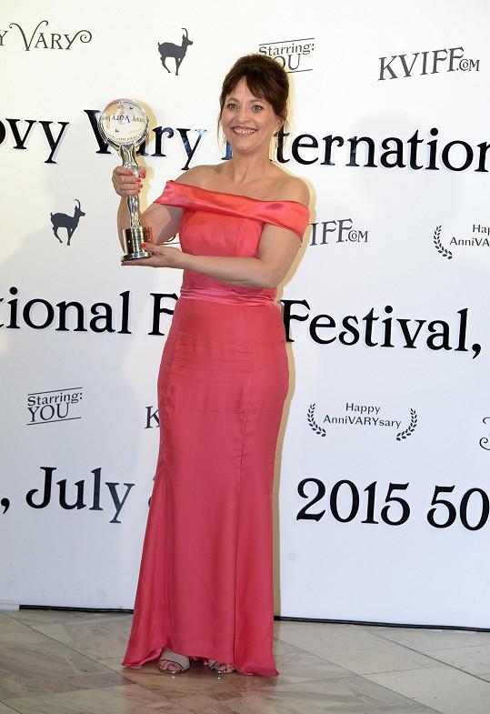 Stejně jako ty na karlovarském filmovém festivalu, odkud si také odnesla cenu.