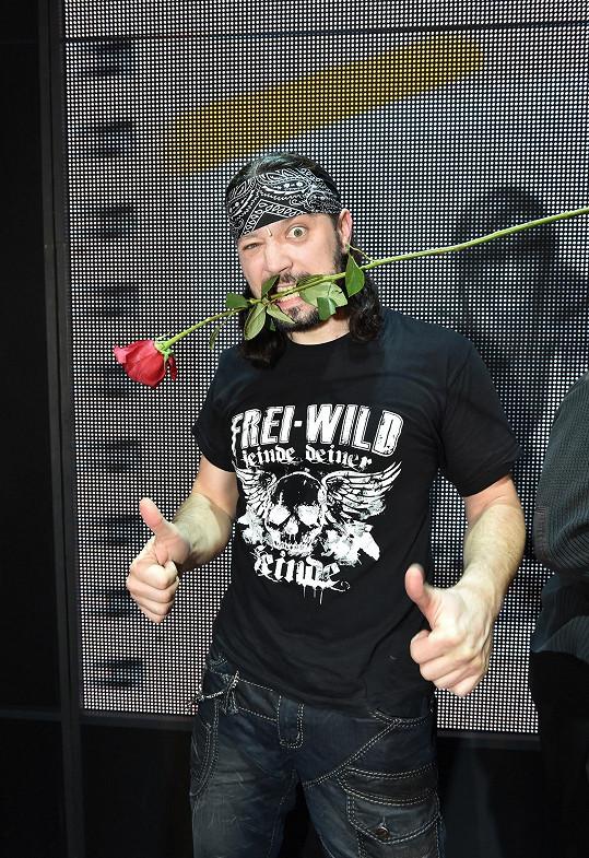 Póza s růží.