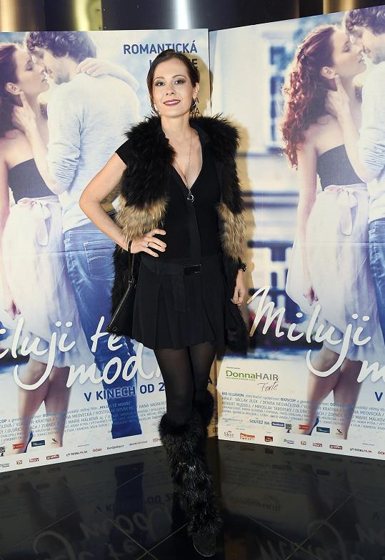 Jana Doleželová na premiéře filmu Miluji tě modře