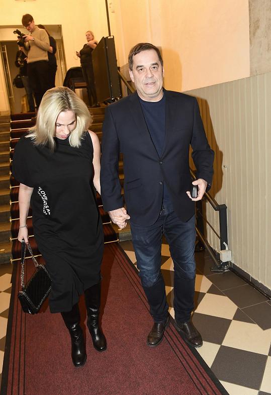 Miroslav Etzler s přítelkyní Helenou Bartalošovou při příchodu do divadla Rokoko.
