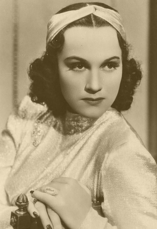 Adina jako démonická dívka postižená ztrátou paměti v dramatu Otakara Vávry Kouzelný dům (1939).