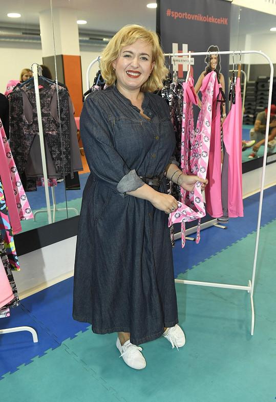 Měla moderovat představení nové kolekce cvičitelky Hanky Kynychové, sama se ale do sportovního obléknout odmítla.