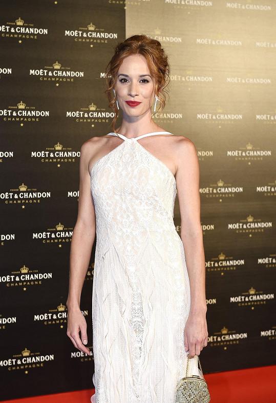 Patří k nejatraktivnějším herečkám v Česku a SLovensku, ona v sobě ženství a krásu našla až v dospělosti.