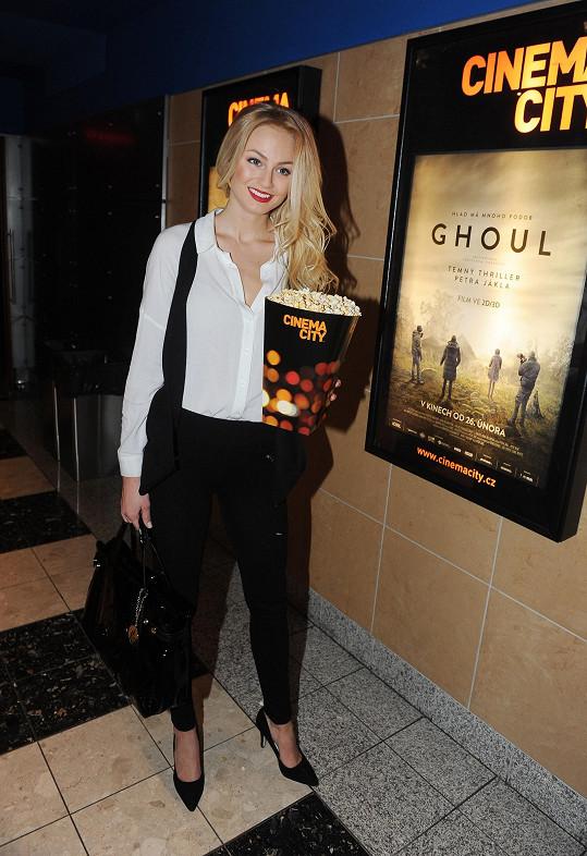 Při filmu Ghoul popcorn odložila.