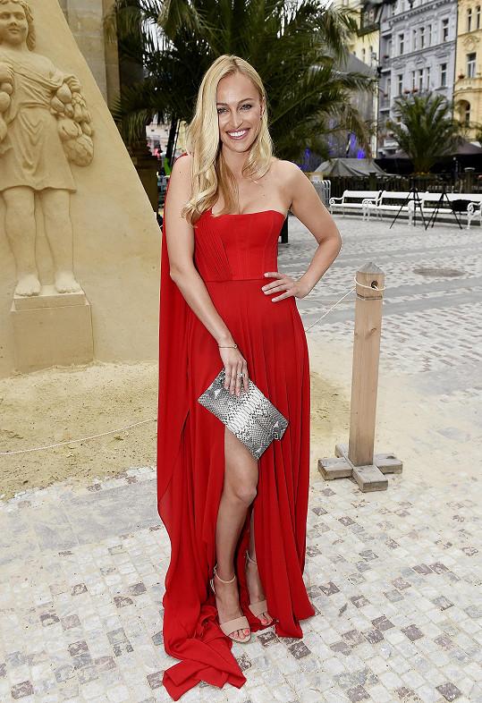 Renata Langmannová doplnila šaty od Lukáše Lindnera šperky Tous.
