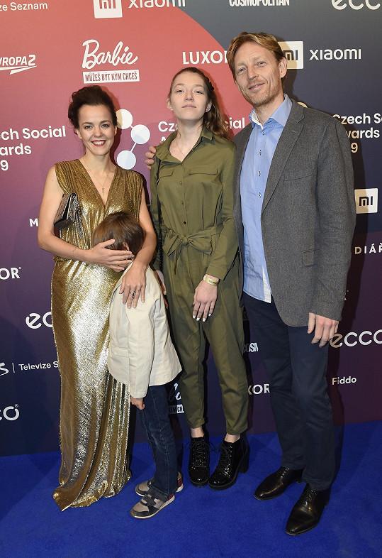 Na akci vzal s sebou miliardář Janeček i dospívající dceru a syna, kterému zakrývali tvář.