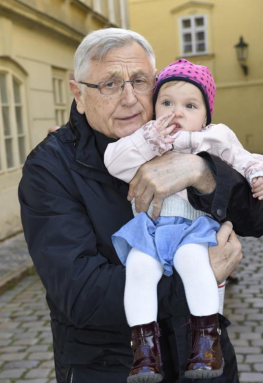 Jiří Menzel s Evičkou v náručí