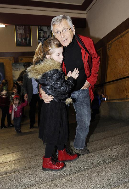 Menzel své holčičce pomáhal do schodů.