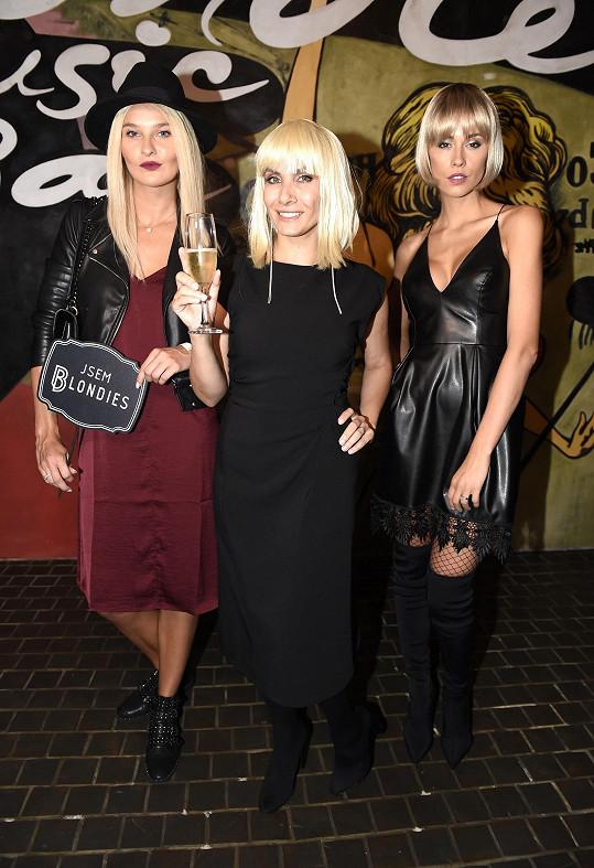 Eva na párty v Blondies baru s Nikol Švantnerovou a Kateřinou Votavovou. Všechny jsou přírodní brunetky.