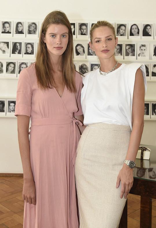 S českou kolegyní Bárou Podzimkovou na poradě před startem castingových kol soutěže Schwarzkopf Elite Model Look.