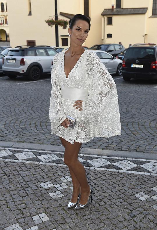 Čistě bílou krajkovou mini jsme pochválili zpěvačce Radce Pavlovčinové.