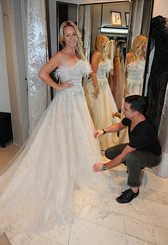 Stylista musí vybírat šaty s ohledem na potřeby violistky.