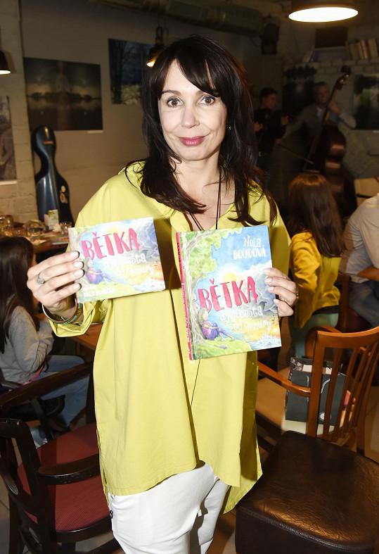 Vyšla v tištěné i mluvené verzi na CD.