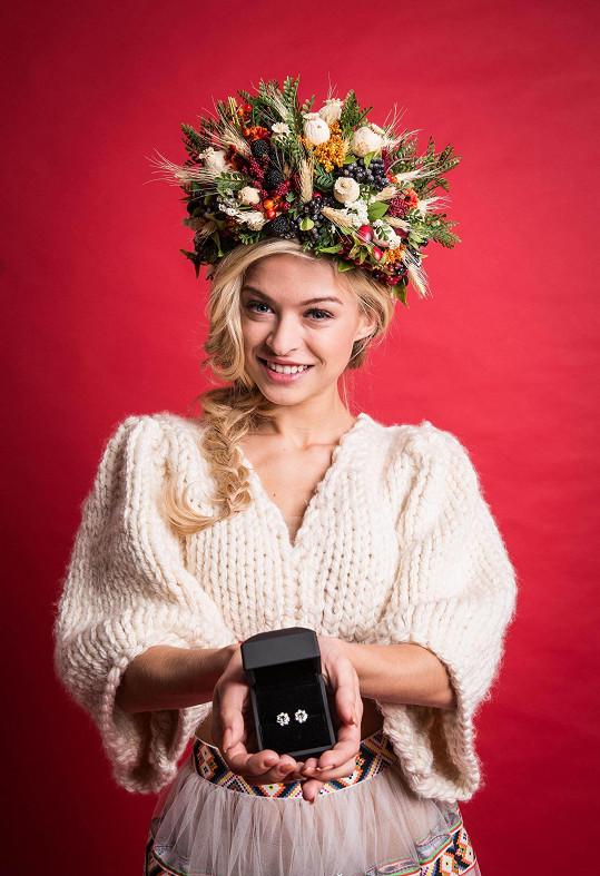 Kristýna v národním kroji z ateliéru Rodná Hrouda a s náušnicemi s vltavínem.