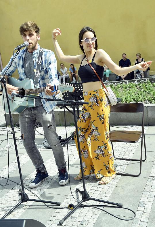 Roman nejen hraje, ale i skládá písničky. A Míša ráda zpívá.