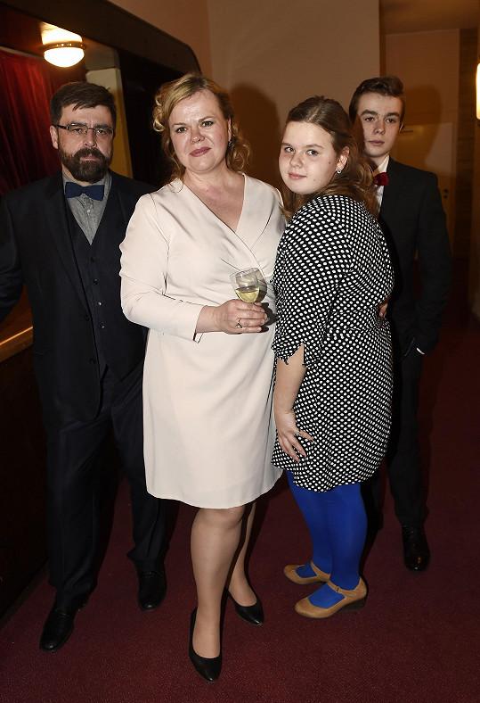 Kompletní rodina Sabiny Remundové dorazila na premiéru hry Misery do divadla Studio DVA.
