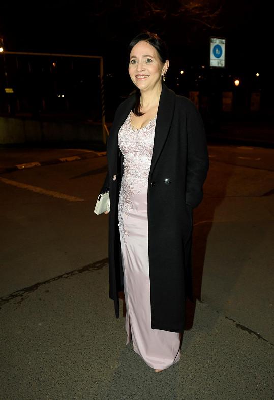 Stejnou funkci měla i Alena Mihulová. Vyrazila v šatech na míru od Gábiny Páralové.