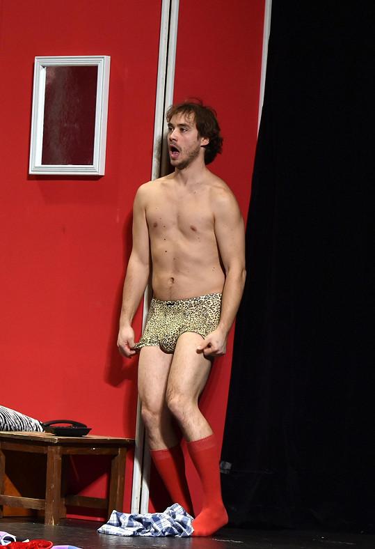 Oblíbený herec stál na jevišti téměř nahý.