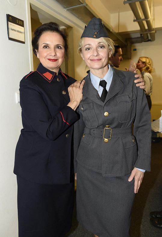 S kolegyní Veronikou Freimanovou jako armádní důstojnice