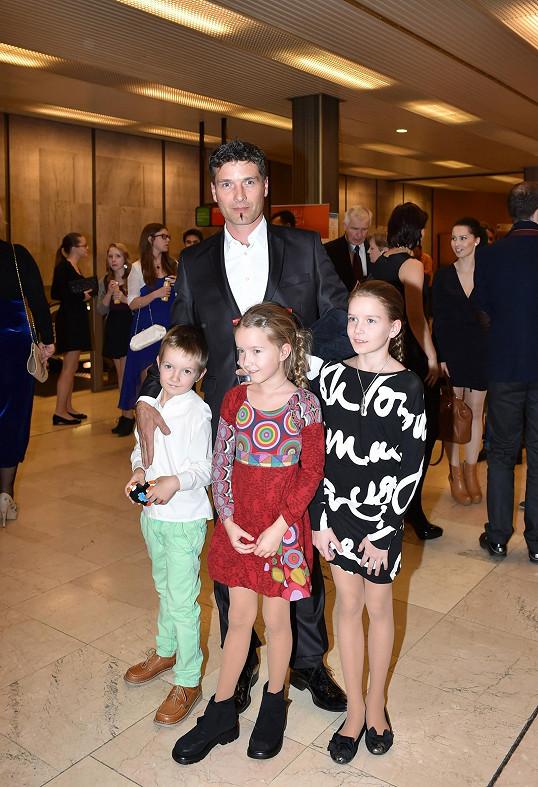 Josef Juráček se třemi ze svých čtyř potomků. Nejmladší dcerka Maruška je ještě malinká, jsou jí dva roky.