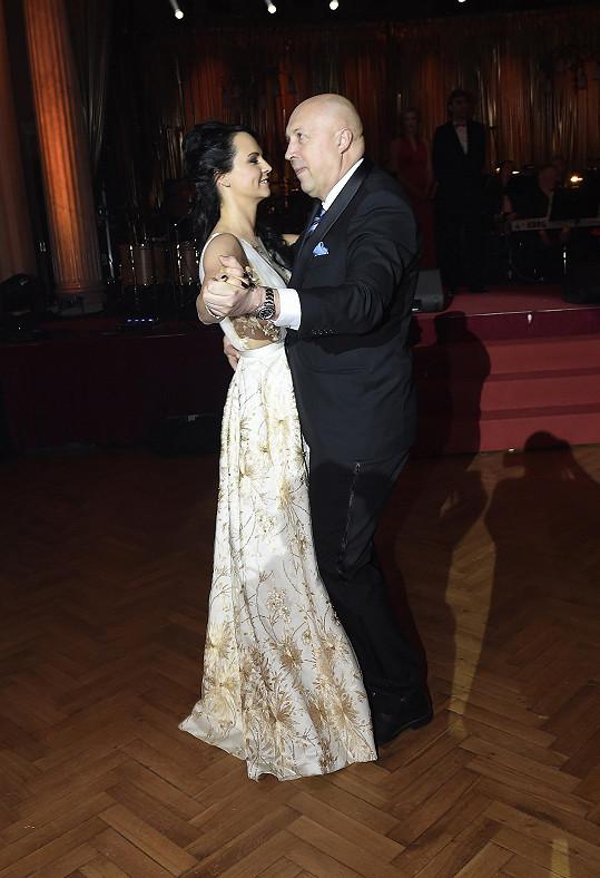Tanec s panterem, starostou Oldřichem Lomeckým, ale zvládla ještě ve světlé róbě, v níž vítala hosty.