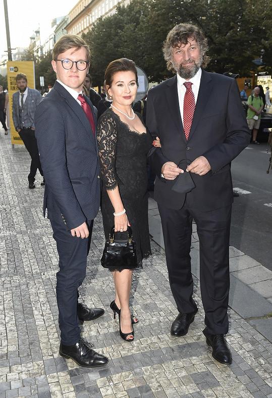 Dana Morávková s manželem a synem při příchodu do Slovanského domu