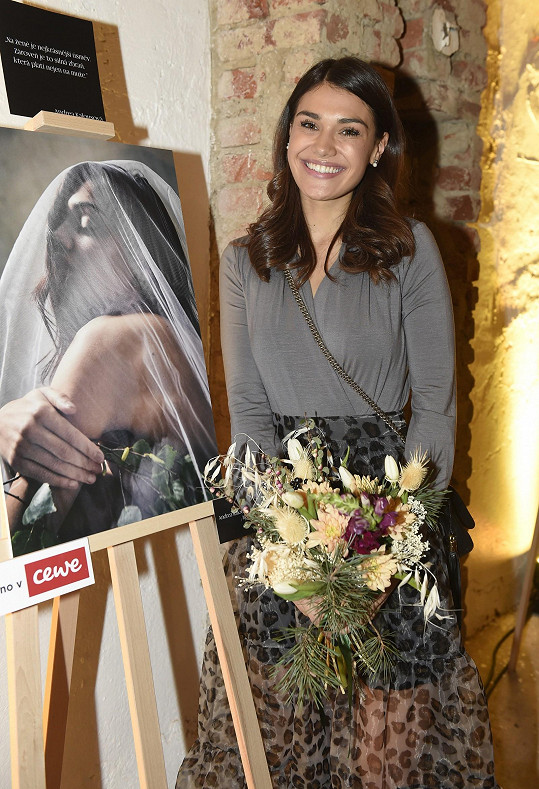 Tento portrét, na kterém se modelka nechala nafotit jako slovanská bohyně, si Kazma vydražil za 5 tisíc korun.