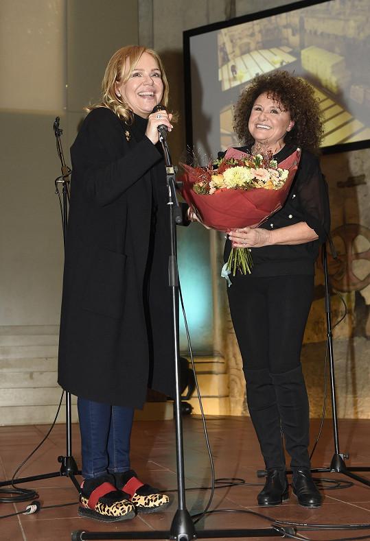 Dagmar Havlová na pódiu s Jitkou Zelenkovou