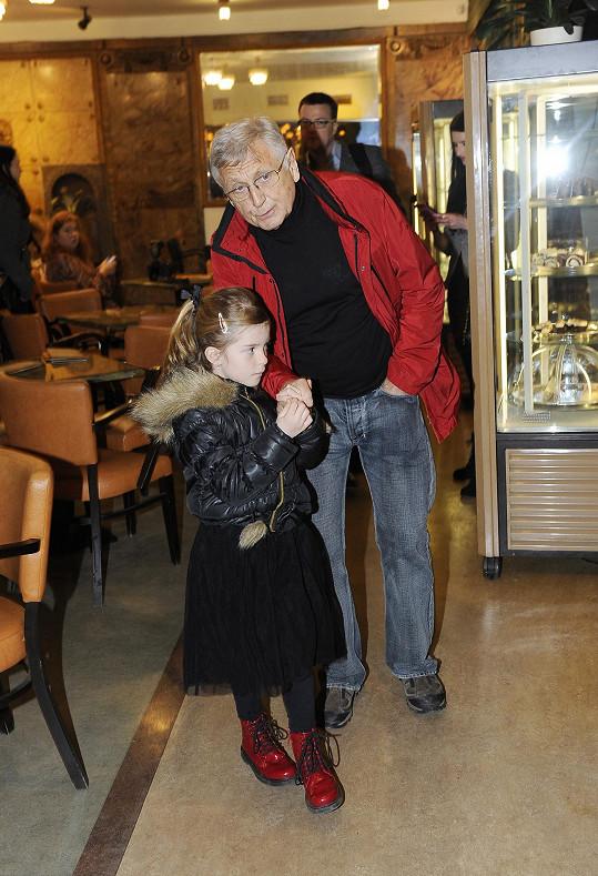Jiří Menzel vyrazil s dcerou Aničkou na premiéru animovaného filmu Ovečka Shaun.