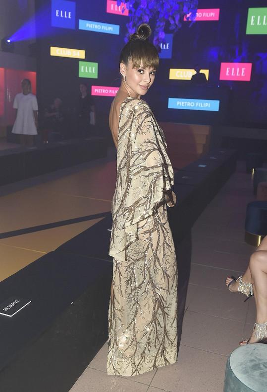 Oblékla šaty od brněnského návrháře Miroslava Knota.