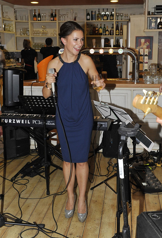 Ivana Korolová na párty zpívala.