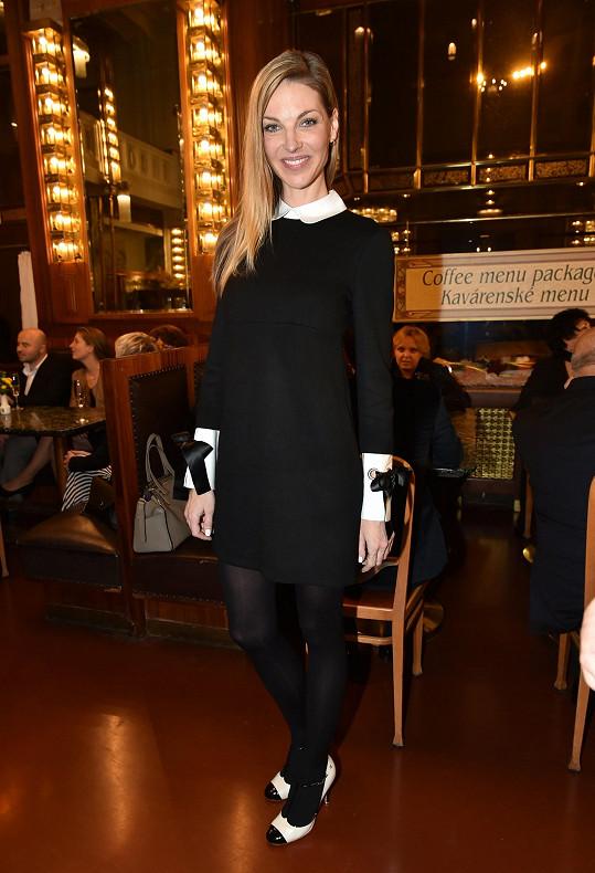 Jako školačka působila Pavlína Němcová v cudných krátkých šatičkách s límečkem Petr Pan a výraznými manžetami s mašlí z módního domu Alexander McQueen, které si pořídila v Paříži. S černým celkem šatů vhodně korespondují černé punčochy i bíločerné lodičky.