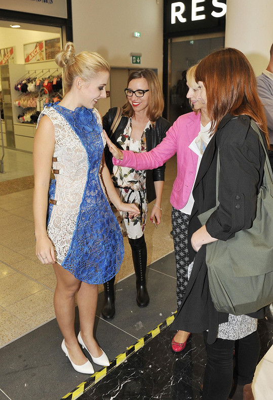 Zpěvaččiny šaty zaujaly návštěvnice výstavy.