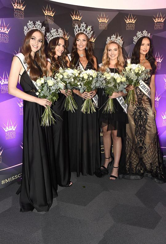 A tady je vítězná pětice Miss Czech Republic s královnou krásy uprostřed.