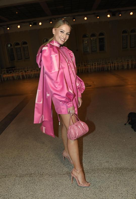 V ultra růžovém outfitu