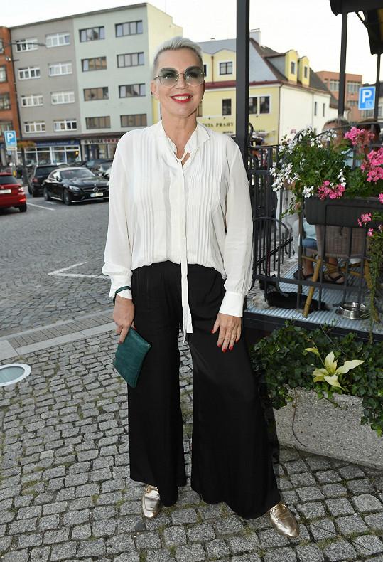 Černobílou kombinaci si vybrala Kateřina Kornová.