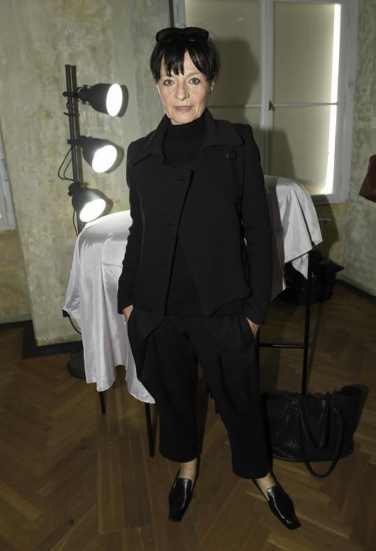 Jinak než v černé klasice návrhářku Liběnu Rochovou nikdy nevídáme.